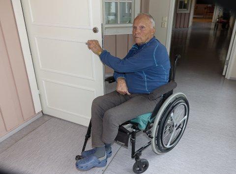 GÅ FINT HER: – Dørene ved Vålertunet er ikke noe problem. Men ved det offentlige bygget var det verre, sier Harald Smedstad  i Våler.