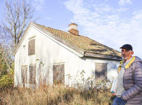 Sterkt imot flytting: Svendsrød-huset er historisk, og  Hans Marius Råstad på Torød vil bevare det på Torød. Det er en holdning som også kulturarv går inn for. Foto: Nina Blix