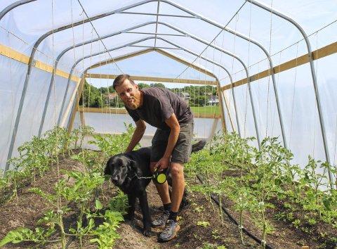 Det spirer: Gorm Seljeseth står bak Skipper Bilovs grønnsaker, og fra Holtane på Tjøme skal 30 kunder over sommeren få levert  ferske grønnsaker. Hunden Maks skulle gjerne fått grave litt her.