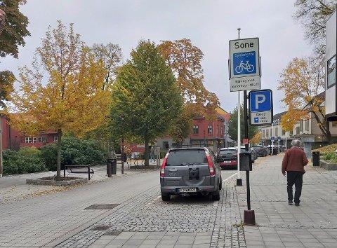 BEGGE DELER: Vi har plass til både biler og mennesker i Storgata.