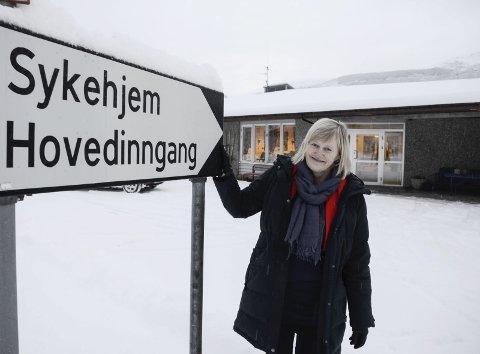 GLAD: Ordfører Hanne Davidsen har posert foran inngangsskiltet ved dagens sykehjem tidligere, som her i 2017, da antatt byggestart var etter sommerferien 2018.