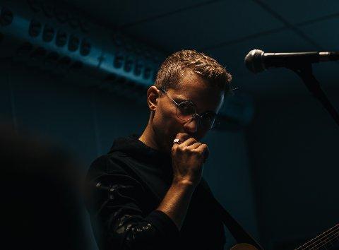 Kristoffer Edvardsen bruker mye tid i studio og jobber med nye låter.