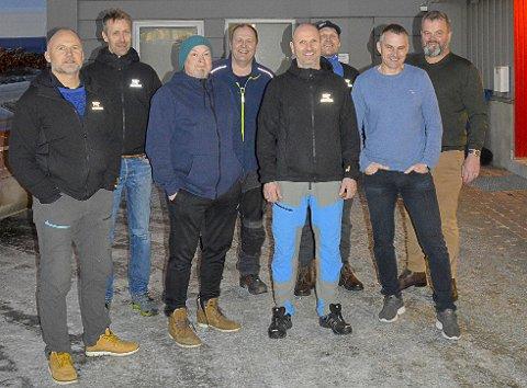 På bildet ser vi (fra venstre): Arnt Ove Frydenlund (anleggsleder), Ørjan Jakobsen (anleggsleder), Terje Sten (tømrerbas), Viggo Aasland (anleggsleder), Helge Pedersen (tømrerbas), Jonny Jacobsen (tømrerbas), Stig Hermod Alvestad (kvalitetssjef), og Trond Harry Hansen.