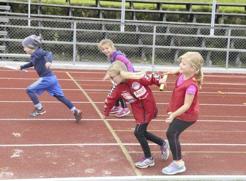 Lars (6) og Wilma (7) på det blå laget ligger så vidt foran det røde laget. Karoline (7) kommer raskt etter, etter hun får stafettpinnen av Åste (6).