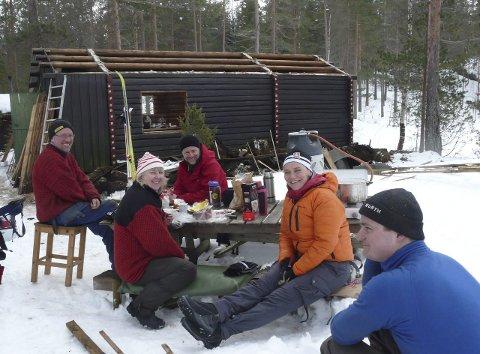 Fra venstre tømreren Hans Otto Kaltenborn, Linda Helland, Oslo og omegn turistforenings Thomas With, Ellen Kaltenborn og Espen Skumlien.