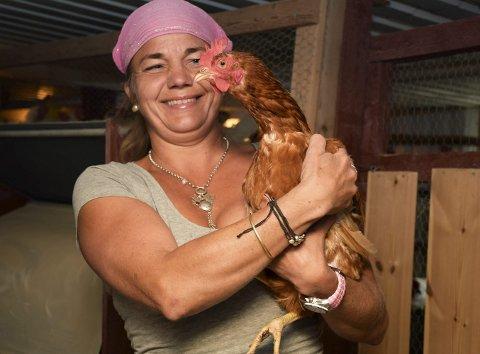Trygg hos mor: Hvert år leverer Hanne mellom 50 til 60.000 økologiske egg til Norgesgruppen og forskjellige bakerier. Og selvsagt selger hun dem over disk i landhandleriet sitt på gården.