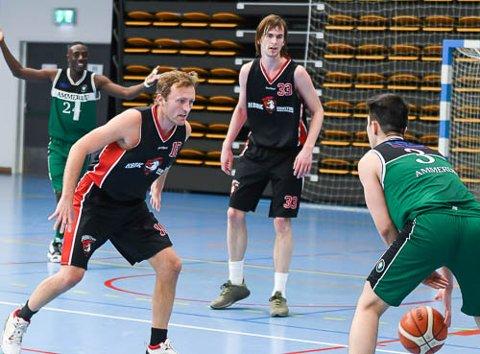 TAS FOR HARDT: Spillende trener Stig Eriksen (til venstre) mener HBBKs Henry McCarthy (i bakgrunnen) blir utsatt for tjuvtriks av motspillerne uten at dommerne reagerer.