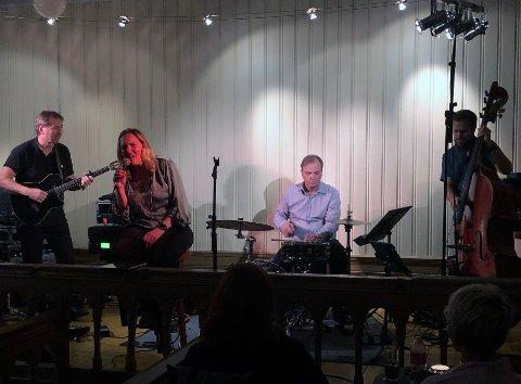 KONSERT: Intimkonsert i Fengselet. Fra venstre Frank Wisur, Vigdis Wisur, Erik Smith og Roger Morland.