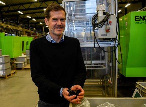 PLASTPRODUKTER: Tormod Lie Johansen viser fram bremserørkoblinger i plast, som blant annet eksporteres til Kina.