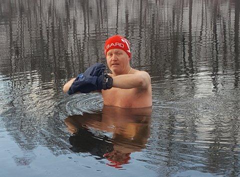 KULDE-SJOKK: – Etter å ha badet er det som en eksplosjon i hodet, og tankene blir klare, forklarer Nils Olsen (52) fra Hole. Han forteller at kuldesjokket han får gjennom isbading har hjulpet ham til å bli frisk.