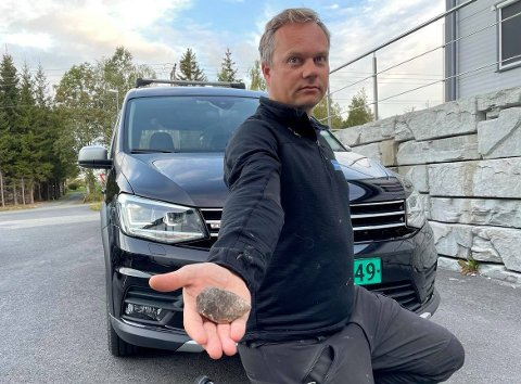 STEIN: – Dette kunne gått veldig ille, sier Lars Solberg Hagelsteen og viser fram steinen som traff bilen.