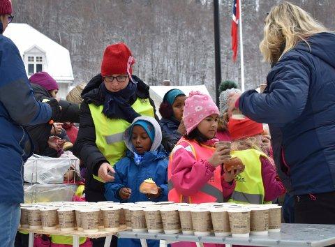 Solboller og saft: Elevene fra Rjukan barneskole sto i kø da konditoriet delte ut saft og boller.