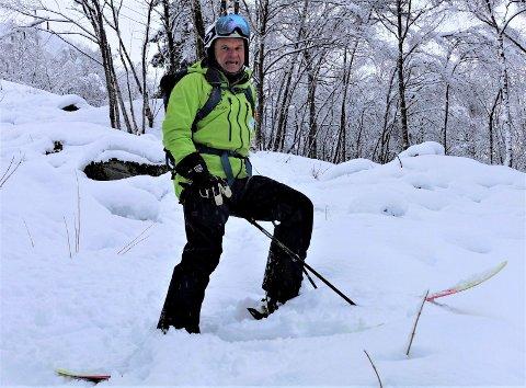 SKIGLEDE: Når snøen laver ned over Tinn stiger humøret hos Torgeir Urdal - rjukangutt og skientusiast. Så langt i vinter har han allerede tilbakelagt flere kilometer på ski enn det andre frikjørere klarer på en hel sesong. Her fra bånn av Såheimslia - et snøballkast fra Rjukan sentrum.