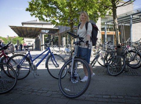 Kaos: På nordsiden av stasjonen er det sykler overalt. Det hjelper ikke at det ene sykkelhotellet nå er stengt.