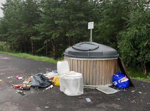 FORSØPLET: Dette synet møtte Einar Odin Grongstad på venteplassen mandag morgen.