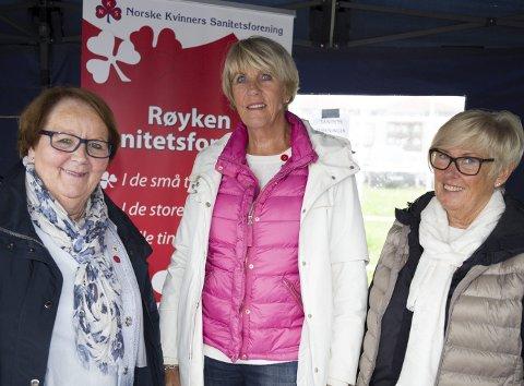 ØNSKER SEG FLERE MEDLEMMER: Kari Tjugum, Kirsti Follestad og Toril Kjos i Røyken Sanitetsforening sier ikke nei til flere medlemmer. – Det er bare å møte opp på Gamleskolen, sier de.