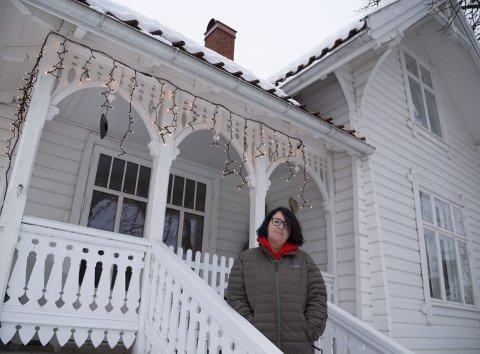 NÅ: Slik ser fasaden ut etter at veranda med rekkverk og alt tilbehør er restaurert. – Jeg er blitt så glad i dette huset at jeg virkelig gleder meg til å komme hjem hver dag, sier Janne Dahl-Hansen. Hun flyttet til Sætre våren 2017 etter å ha kjøpt huset i Mellomdammen 1 usett, mens hun var på en øy i Karibien.