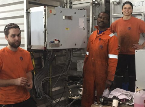 Fast jobb: Til venstre industrimekaniker Ruben Sandli, Williams Shanwana Muhunga industrimekaniker, og Aron Aamodt tidligere lærling nå bestått industrimekaniker. Alle foto: Fønix