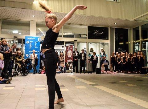 Ragnes Danseskole åpner like nr. 21 i Hvalkjæftens julekalender på Hvaltorvet.