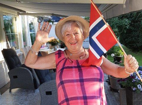 STRÅLENDE GLAD: Inger-Kristin Rofstad ble så glad da hun ble millionær, at hun fikk naboen til å dokumentere det. – Det er helt uvirkelig, sier hun. Foto: Privat
