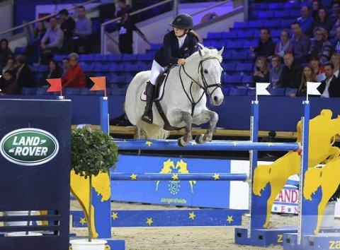 SEIER: Sanne Sofie Høilund og hesten Lucky var med på det norske laget som tok gullmedalje. Foto: Privat