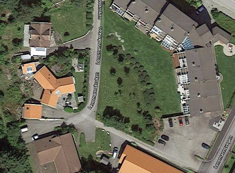 På tomten foran Lensmannskroken 2 (midt i bildet) ønsker kommunen å bygge boliger for utviklingshemmede.