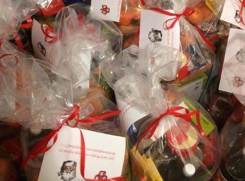 JULEMAT: Saniteten har pakket over 100 esker med julemat til familier som ikke får pengene til å strekke til i jula.