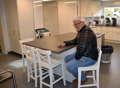 Olav Barkhald har vært leder i Åsheim forsamlingshus i mange år. Nå er han bekymret.