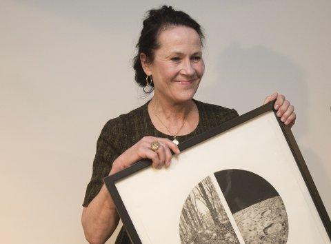 PRISET: Vigdis Hjorth da hun mottok Litteraturkritikerprisen  i kategorien voksenbok for bokåret 2016. Hun kan oppleves live i Porsgrunn til høsten. Foto: Berit Roald / NTB scanpix