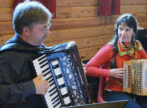 Peder Hønsvik og Venke Fredriksen i tangoorkesteret Hjemmelaget.
