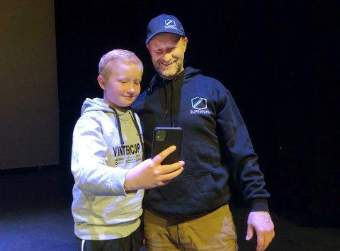 SELFIE: Aksel Grimsmo var en av mange som sikret seg en selfie sammen med Kjetil André Aamodt etter OL-vinnerens foredrag i Surnadal torsdag kveld.