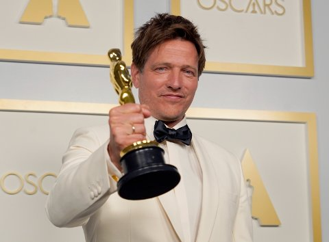 Regissør Thomas Vinterberg med Oscar-prisen for beste internasjonale film.