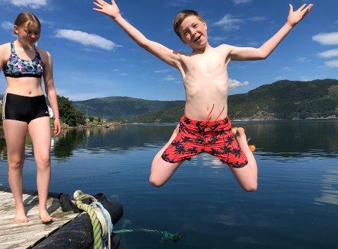 HOPPER I DET: Enya Kvande og Øystein Lysø lot seg ikke be to ganger og hoppet i fjorden i det varme været på Nordmøre mandag.