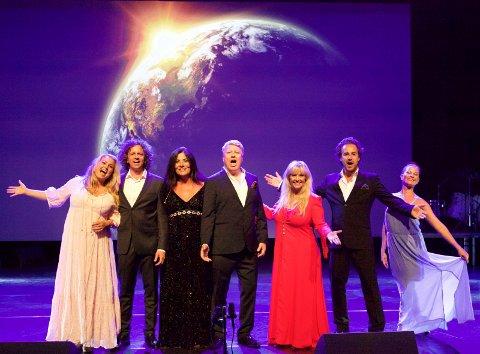 Artistene samlet på scenen i Oseberg kulturhus.