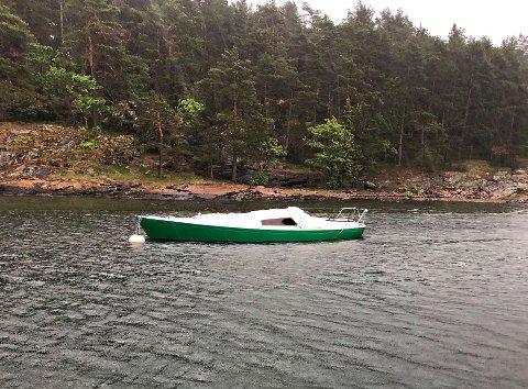 FULL AV VANN: Båten har ligget der en stund uten kjent eier. Nå tok brannvesenet affære.