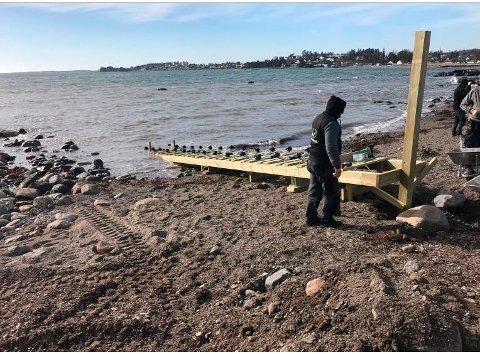 BYGGET ULOVLIG: Da kommunen kom på uanmeldt tilsyn ved eiendommen i fjor fant de arbeidet med båtoppdraget i full gang. Det var imidlertid ikke søkt om dispensasjon for bygging i strandsonen.