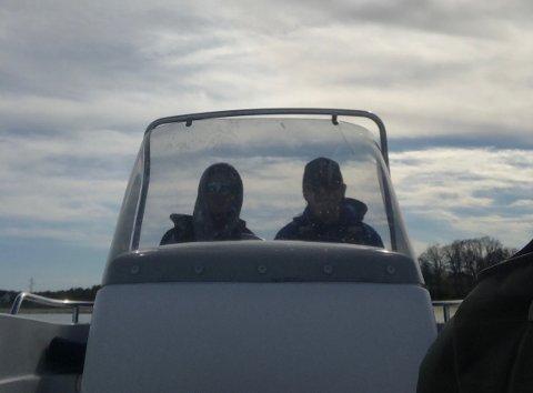 KRABBEFISKE: Mikkel Gundersen (17) og Herman Brosø Bergh (17) tilbringer dagene i båten for å få tiden til å gå.
