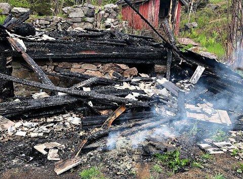 ULMEBRANN: Noen hadde tent opp et bål like ved brannruinene av den gamle speiderhytta.