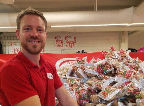 KJØPT INN FOR MYE: Daglig leder hos Bra og Billig, Benjamin Havre, gir nå ut gratis brød.