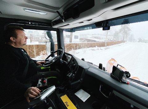 FULL FRES: Dersom brøyebilsjåfør Rune Olsen Bjune kunne styre været, ville han valgt at det snødde på ettermiddagen, så kunne han brøyte natten gjennom uforstyrret av andre biler.