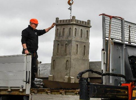 NUMMER ÉN: Petter Karlsens første Slottsfjelltårn-blomsterpotte ble plassert ut tirsdag. Den står ved Tollbodplassen.