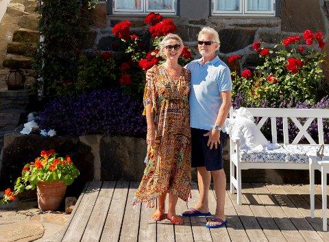 Både by og øy: Pensjonisttilværelsen gjør at Inger Marie og Jan Erichsen kan dele tiden mellom huset på Skibheia i Tvedestrand og hytta i Lyngør.  Foto: Irene Sandved Lunde