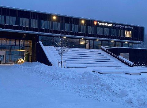 Lørdag kveld er det registrert et fjerde smittetilfelle tilknyttet Tvedestrand videregående skole, opplyser kommuneoverlegen.