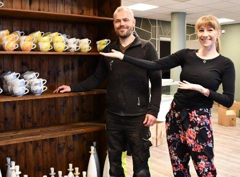 Mette Nylén Lien og Tommy Rasmussen er i full gang med å fylle opp hyllene på den nye butikken i Hovedgata.