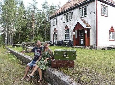 Her gikk toget: Kai og Gabriella Bergquist er opptatt av å få fram mye av historien på stasjonen, og her sitter de på perrongen der toget gikk på Treungenbanen gikk fra 1913 til 1967. Foto: Øystein K. Darbo