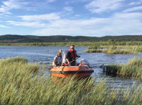 Tar prøver: Avinor har nå tatt opp fisk fra nye områder i Leirinvassdraget, og også Sustjernet, som skal oversendes Eurofins for analyse. Bildet er fra fiskinga i Kalken i sommer.