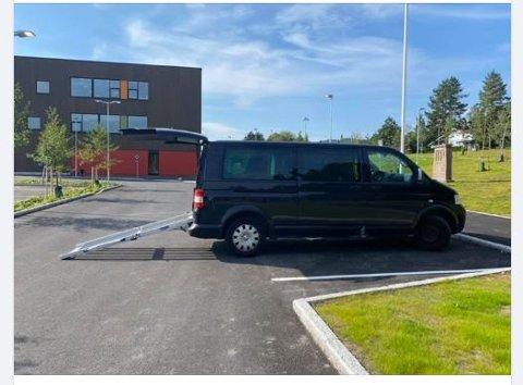 UNDRES: Elin J. Langdahl reagerer både på størrelsen og markeringene til HC-plassene ved Nittedal ungdomsskole. Kommunen mener det her skal parkeres på langs. Langdahl mener plassene da er feilmerket og uansett ikke lange nok.