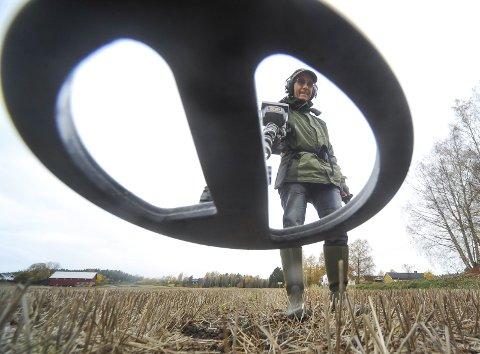 KUNNSKAPSRIK: Erik Rønning Johansen har gjort mange funn med metalldetektor. Søndag kan du bli med ham på en kulturhistorisk vandring i Garder.