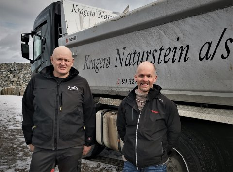 Klas Lønne (t.v.) og Kragerø Naturstein har så mye å gjøre at de trenger et sted til utstyr i Risør-området. Valget falt på Hestemyr Park og Kim Akselsen er naturlig nok svært tilfreds med den beslutningen.