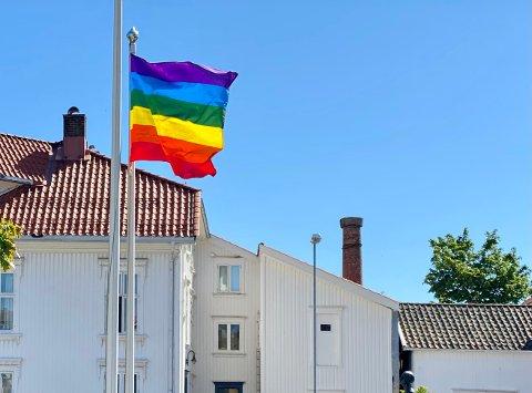 Regnbueflagget har nå blitt levert tilbake til kommunen.